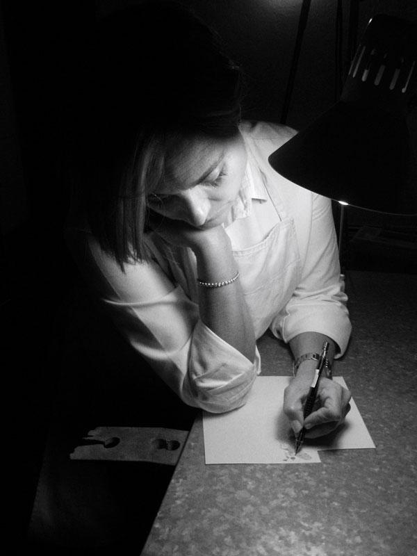 Patricia Posada Mac Niles dibujando en su taller